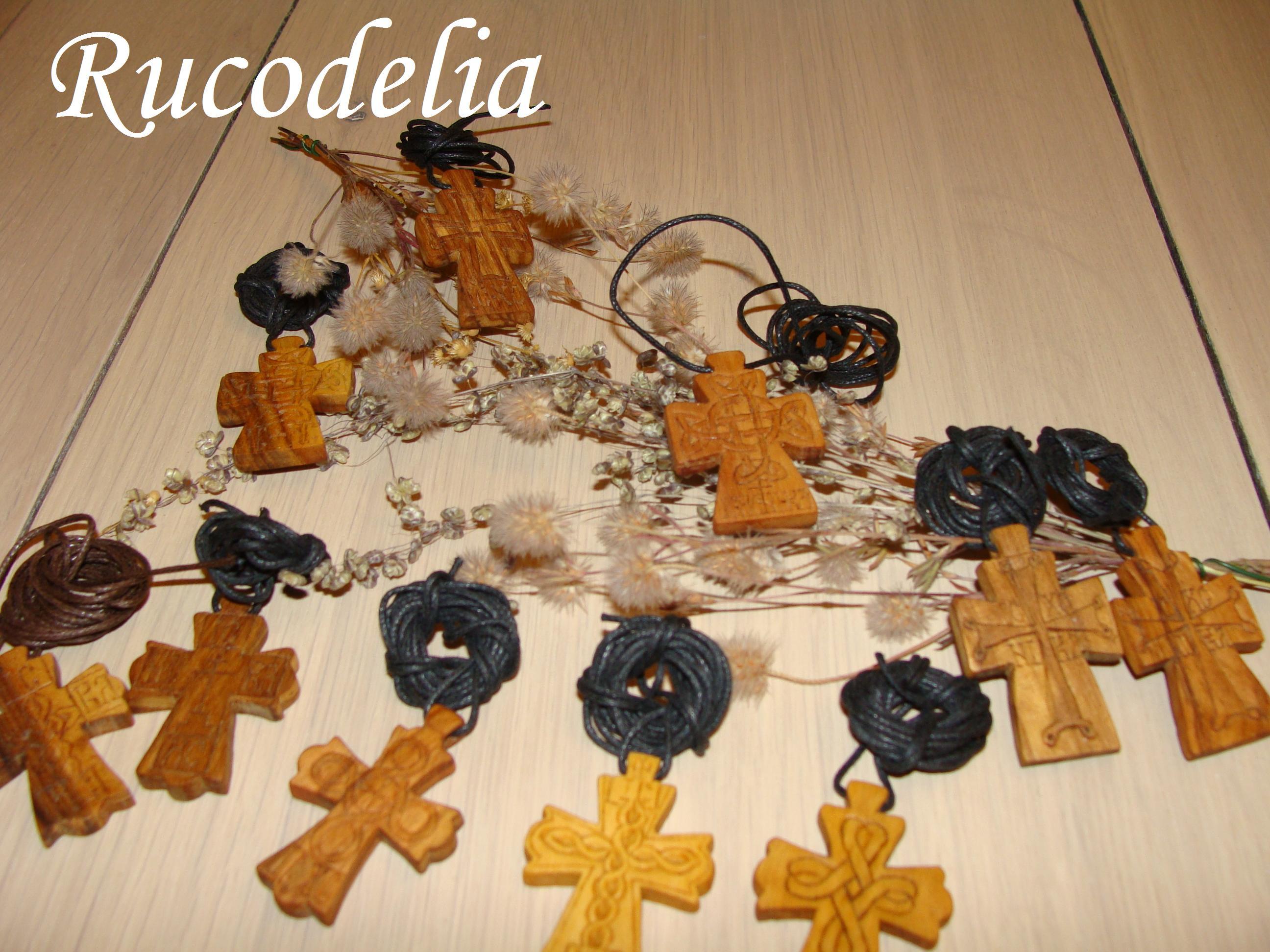 Cruci mici sculptate în lemn